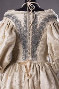 suknia-z-adamaszku-jedwabnego-1660-7-of-8