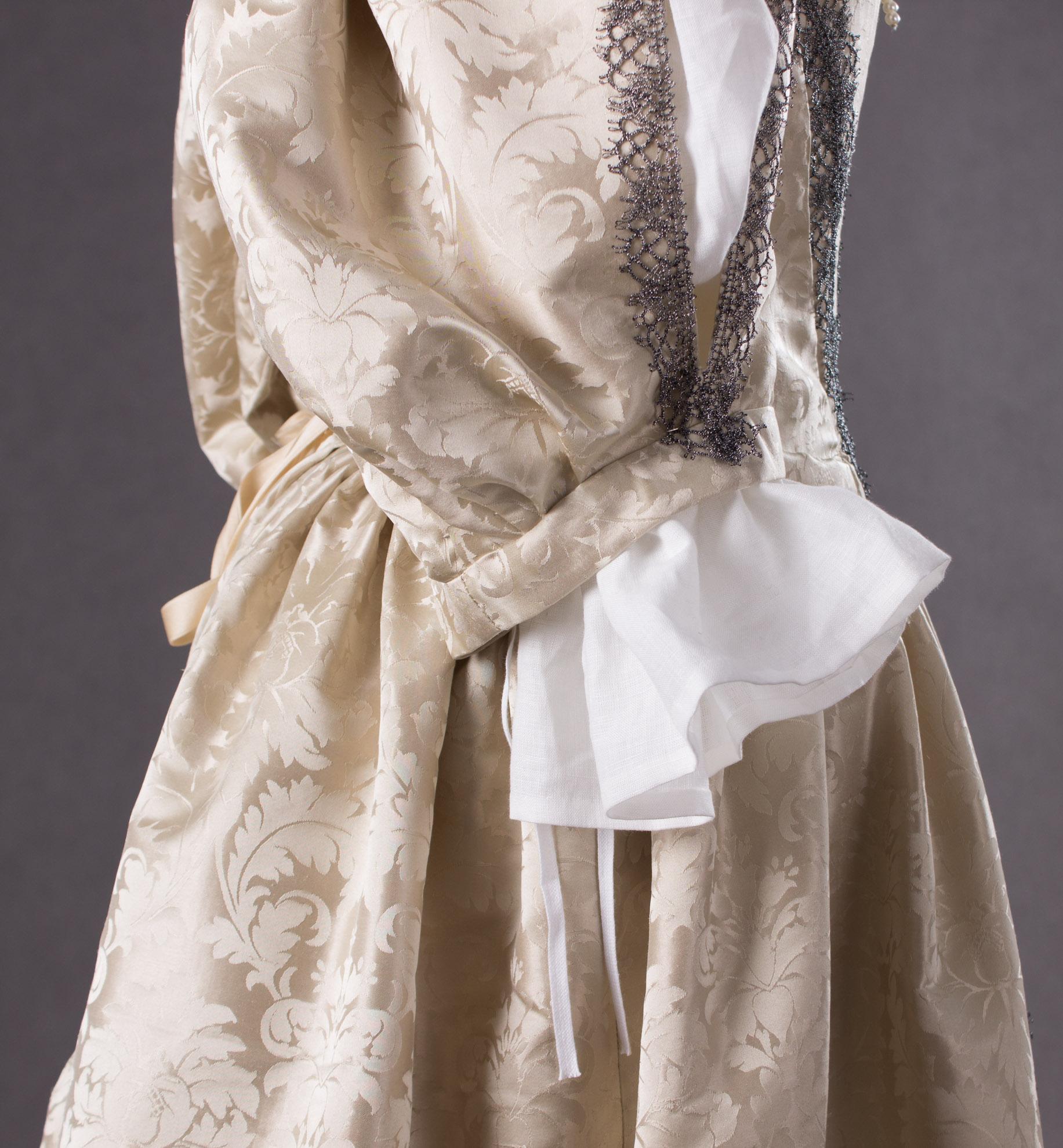 suknia-z-adamaszku-jedwabnego-1660-5-of-8