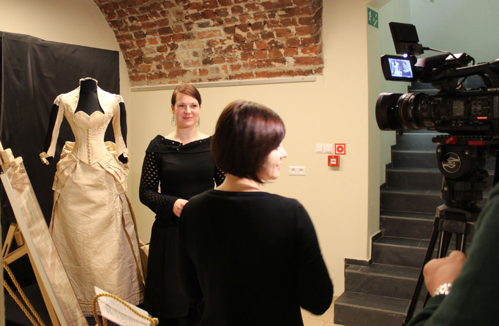 Z ekipą TVP podczas nagrywania relacji z wystawy w Muzeum Śląska Opolskiego w Opolu